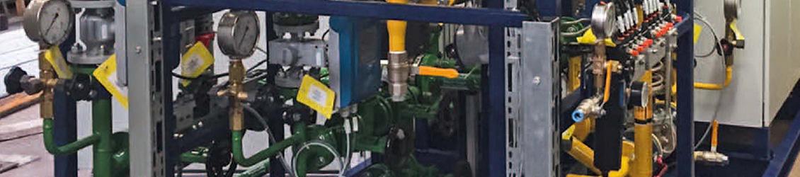 Anlage mit Ventilstand und Wassertank in Containerbauweise